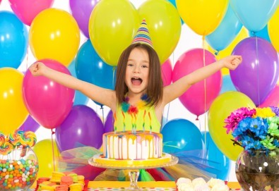 2 часа детски рожден ден с аниматор, меню за 10 деца, сладки и солени плата за родителите, голяма зала за игра, атракциони, стена за катерене, парти музика и зала за родителите в Детски клуб Аристокотките! - Снимка