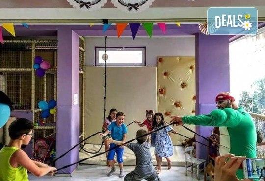 2 часа детски рожден ден с аниматор, меню за 10 деца, сладки и солени плата за родителите, голяма зала за игра, атракциони, стена за катерене, парти музика и зала за родителите в Детски клуб Аристокотките! - Снимка 20