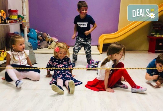 2 часа детски рожден ден с аниматор, меню за 10 деца, сладки и солени плата за родителите, голяма зала за игра, атракциони, стена за катерене, парти музика и зала за родителите в Детски клуб Аристокотките! - Снимка 23