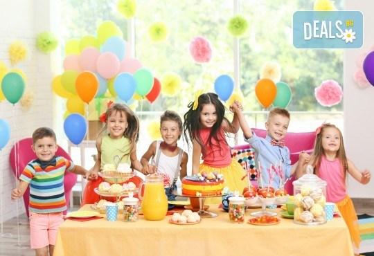 3 часа детски рожден ден с аниматор, меню за 10 деца, сладки и солени плата за родителите, голяма зала за игра, атракциони, стена за катерене, парти музика и зала за родителите в Детски клуб Аристокотките! - Снимка 2