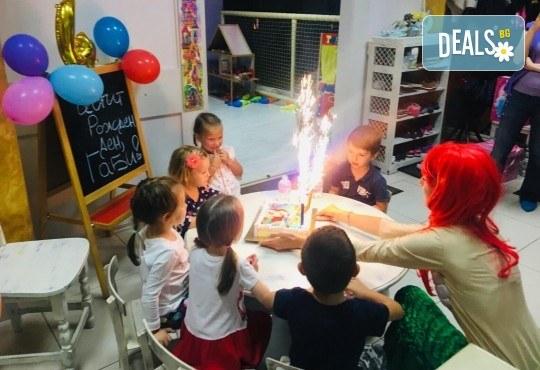 3 часа детски рожден ден с аниматор, меню за 10 деца, сладки и солени плата за родителите, голяма зала за игра, атракциони, стена за катерене, парти музика и зала за родителите в Детски клуб Аристокотките! - Снимка 17