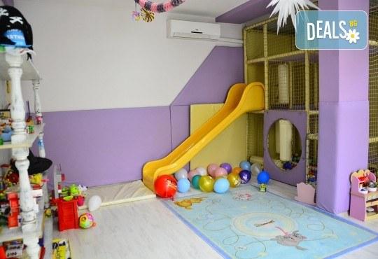 3 часа детски рожден ден с аниматор, меню за 10 деца, сладки и солени плата за родителите, голяма зала за игра, атракциони, стена за катерене, парти музика и зала за родителите в Детски клуб Аристокотките! - Снимка 10