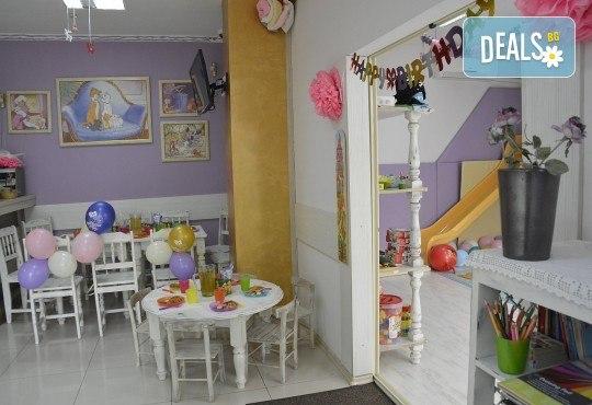 3 часа детски рожден ден с аниматор, меню за 10 деца, сладки и солени плата за родителите, голяма зала за игра, атракциони, стена за катерене, парти музика и зала за родителите в Детски клуб Аристокотките! - Снимка 11