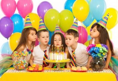 3 часа детски рожден ден с аниматор, меню за 10 деца, сладки и солени плата за родителите, голяма зала за игра, атракциони, стена за катерене, парти музика и зала за родителите в Детски клуб Аристокотките! - Снимка