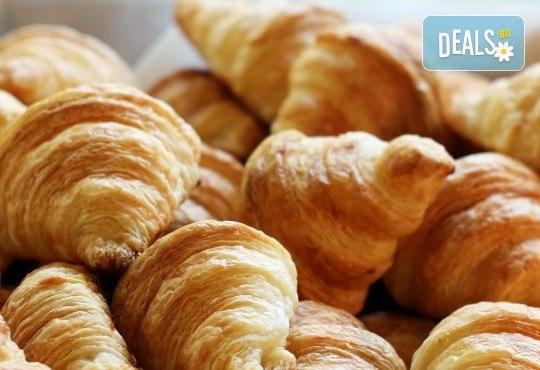 Апетитно предложение! 30 броя френски мини кроасанчета с масло от Кетърингхапки.com! - Снимка 1
