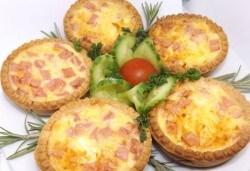 30 броя мини киш с вкус по избор: френски сирена, шунка и кашкавал или луканка и маслини от Кетърингхапки.com! - Снимка