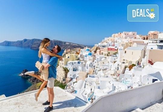 За 22 септември на о. Санторини, Гърция! 3 нощувки със закуски в хотел 2*/3*, 1 нощувка на ферибот, транспорт и водач от Еко Тур - Снимка 3