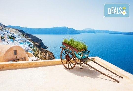 За 22 септември на о. Санторини, Гърция! 3 нощувки със закуски в хотел 2*/3*, 1 нощувка на ферибот, транспорт и водач от Еко Тур - Снимка 5
