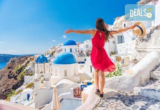 За 22 септември на о. Санторини, Гърция! 3 нощувки със закуски в хотел 2*/3*, 1 нощувка на ферибот, транспорт и водач от Еко Тур - Снимка 1