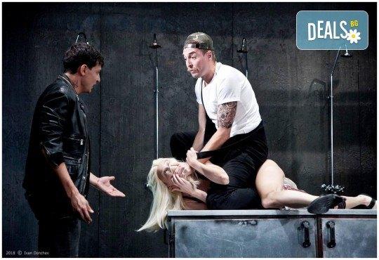 Гледайте комедията Килър Джо с Малин Кръстев на 8-ми октомври (вторник) в Малък градски театър Зад канала! - Снимка 11