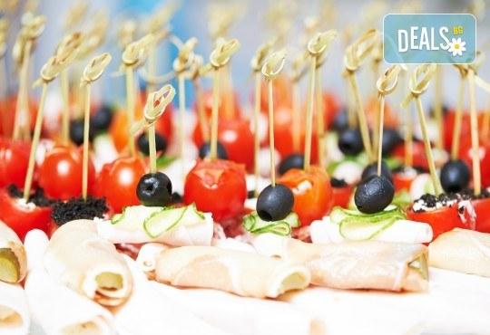 Апетитно плато с 90 или 120 хапки с филе Елена, прошуто, чери доматче, моцарела и още от My Style Event - Снимка 1
