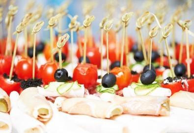 Апетитно плато с 90 или 120 хапки с филе Елена, прошуто, чери доматче, моцарела и още от My Style Event - Снимка