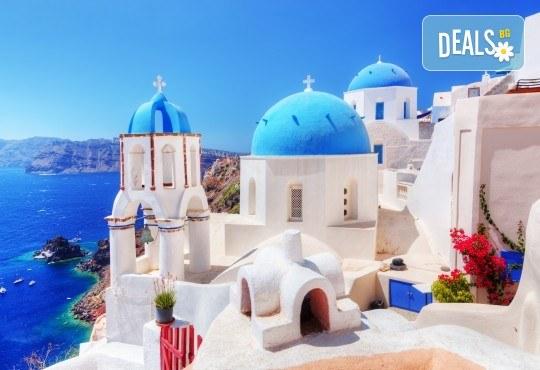 Късно лято на романтичния остров Санторини! 7 дни, 4 нощувки със закуски, транспорт, фериботни билети и такси - Снимка 1