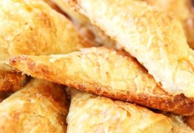 30 банички с вкус по избор - натурални, с колбас, със сирене или с кашкавал от Кетърингхапки.com! - Снимка
