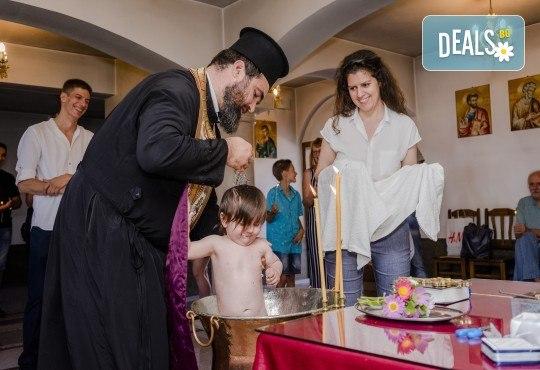 Фотозаснемане на кръщение или семеен празник - 1.30ч., неограничен брой кадри, заснемане на ритуала, индивидуална фотосесия и сесия с близките от Фото студио Амели! - Снимка 4