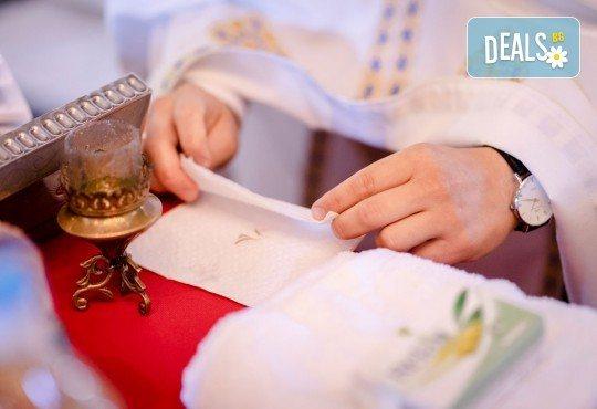 Фотозаснемане на кръщение или семеен празник - 1.30ч., неограничен брой кадри, заснемане на ритуала, индивидуална фотосесия и сесия с близките от Фото студио Амели! - Снимка 7