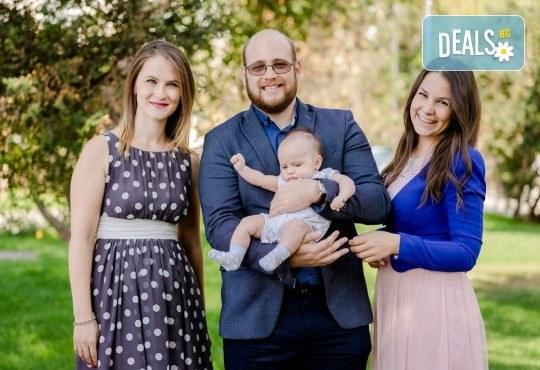 Фотозаснемане на кръщение или семеен празник - 1.30ч., неограничен брой кадри, заснемане на ритуала, индивидуална фотосесия и сесия с близките от Фото студио Амели! - Снимка 5