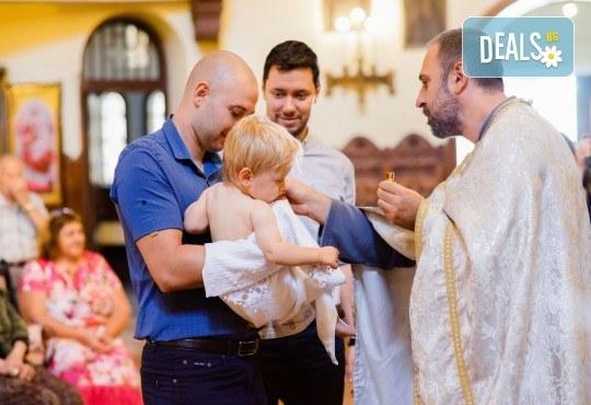 Фотозаснемане на кръщение или семеен празник - 1.30ч., неограничен брой кадри, заснемане на ритуала, индивидуална фотосесия и сесия с близките от Фото студио Амели! - Снимка 2