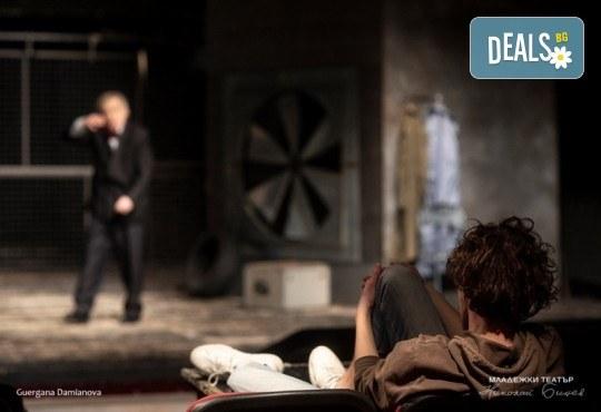 Гледайте Стефан Мавродиев в Аз, Фойербах, на 10.10. от 19ч. в Младежки театър, Камерна сцена, 1 билет! - Снимка 3