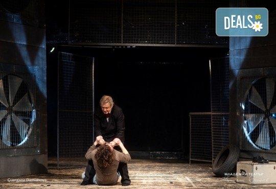 Гледайте Стефан Мавродиев в Аз, Фойербах, на 10.10. от 19ч. в Младежки театър, Камерна сцена, 1 билет! - Снимка 8