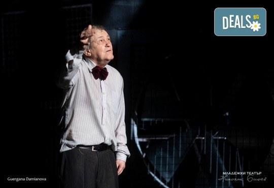 Гледайте Стефан Мавродиев в Аз, Фойербах, на 10.10. от 19ч. в Младежки театър, Камерна сцена, 1 билет! - Снимка 1