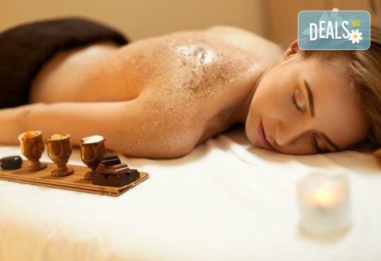 Кралски източен масаж на гръб, ръце и глава или на цяло тяло, с етерични масла + пилинг на гръб с кокос, жожоба и бадем и ревитализираща маска на лице, с кисело мляко от Женско Царство! - Снимка 1