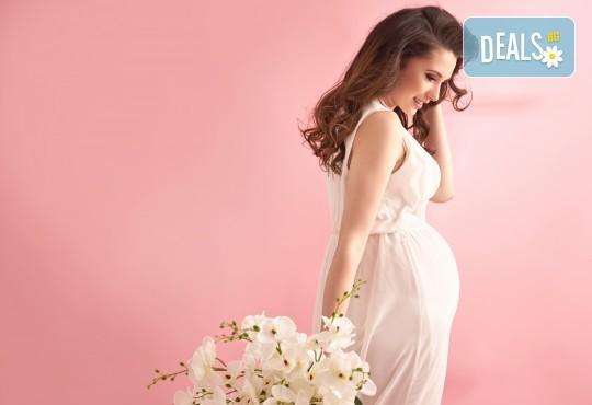 Едночасова фотосесия за бременни в студио, с 10 обработени кадъра от Студио Dreams House! - Снимка 1