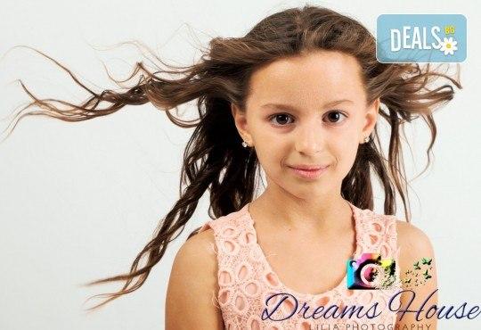 Индивидуална, детска или семейна фотосесия в студио, с много тоалети и декори + 15 обработени кадъра от Студио Dreams House! - Снимка 2