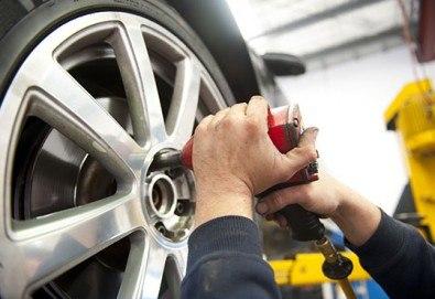 Смяна на 2 броя гуми с включено сваляне, качване, монтаж, демонтаж и баланс в автосервиз Катана! - Снимка