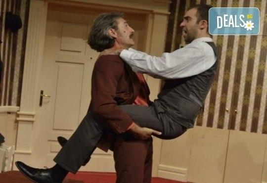 Гледайте шеметния Руслан Мъйнов в невероятната комедия СТАЯ 1313 от Рей Куни, на 11.10. от 19:00 ч, Театър Сълза и Смях, 1 билет - Снимка 4