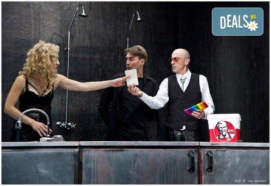 Гледайте комедията Килър Джо с Малин Кръстев на 3-ти ноември (неделя) в Малък градски театър Зад канала! - Снимка 1