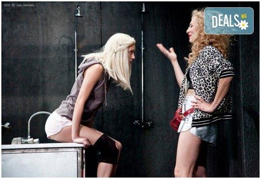 Гледайте комедията Килър Джо с Малин Кръстев на 3-ти ноември (неделя) в Малък градски театър Зад канала! - Снимка 6