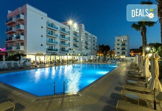 Нова година 2020 в Кипър с полет от Варна! Самолетен билет, летищни такси, багаж, трансфер, 4 нощувки със закуски и вечери в Kapetanios Hotel 3* - Снимка 2