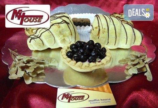 Сладък импулс! 50 или 100 броя сладки петифури микс в ШЕСТ различни вкусови стила от Muffin House - Снимка 11
