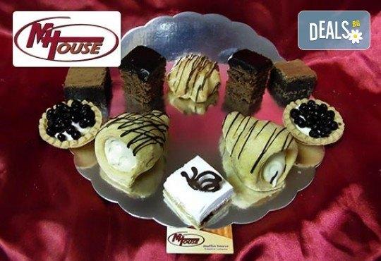 50 или 100 сладки петифури (тарталети, брауни, еклери) от Muffin