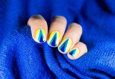 Изящни нокти! Маникюр с гел лак и неограничен брой декорации в салон за красота Sunshine! - Снимка