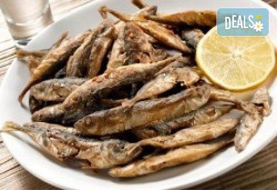 Средиземноморски круиз! Рибно плато: пресен сафрид, толстолоб, филе бяла риба пане, филенца сьомгова пъстърва, рибни рулца и пържени картофи в Ресторант 21 в Лозенец! - Снимка 2