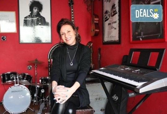 1 или 2 урока по пеене, китара, барабани, пиано, бас китара, саксофон, гайда или друг инструмент при преподавател в Rock School - Снимка 6