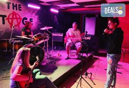 1 или 2 урока по пеене, китара, барабани, пиано, бас китара, саксофон, гайда или друг инструмент при преподавател в Rock School - Снимка 5