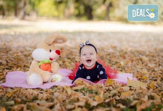Есенна семейна, детска или индивидуална фотосесия на открито с 25 обработени кадъра от Фото студио Амели! - Снимка 4