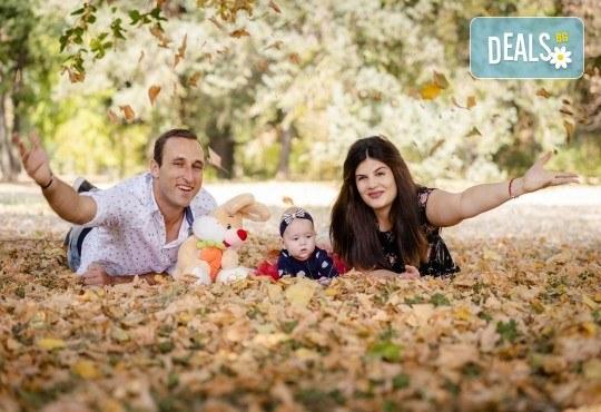 Есенна семейна, детска или индивидуална фотосесия на открито с 25 обработени кадъра от Фото студио Амели! - Снимка 5