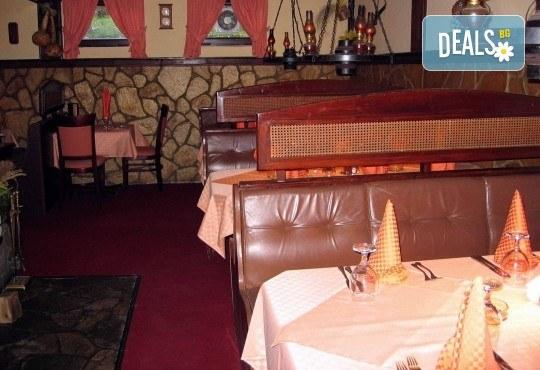 За един или за двама! Една или две порции свинско/пилешко бон филе с гъби печурки и чаша бяло вино Villa Yambol chardonnay в Ресторант 21 - Лозенец! - Снимка 7