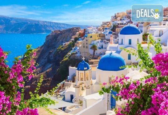 Почивка за Великден на романтичния остров Санторини! 4 нощувки със закуски, транспорт, фериботни билети и водач от Далла Турс! - Снимка 1