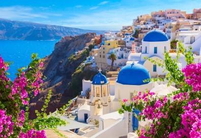 Почивка за Великден на романтичния остров Санторини! 4 нощувки със закуски, транспорт, фериботни билети и водач от Далла Турс! - Снимка