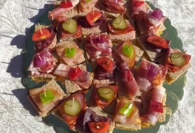 Микс от 100 или 150 броя разнообразни месни хапки, завършени със свежи зеленчуци, аранжирани и готови за сервиране, от Кетъринг груп 7! - Снимка