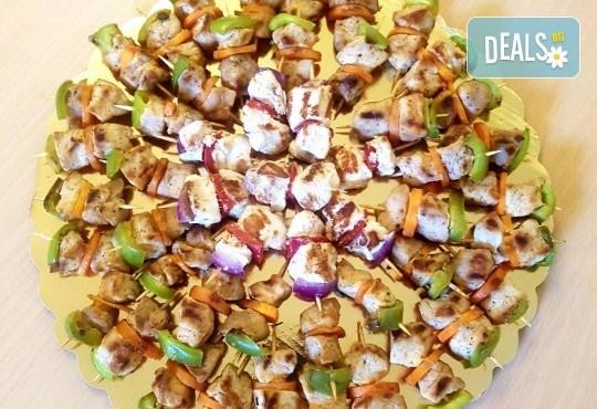 Микс от 100 или 150 броя печени шишчета от пилешко, телешко и свинско с гриловани зеленчуци и свински кюфтенца с кисела краставичка, от Кетъринг груп 7! - Снимка 5