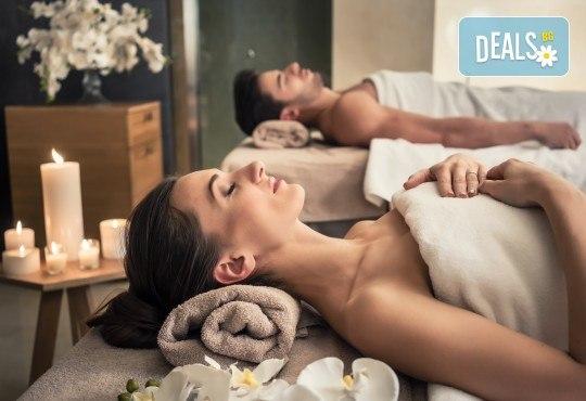 Синхронен масаж за двойки или приятели на цяло тяло със злато, ядки или плодова салата, чай или вино + бонус: точков масаж на лице и глава в Женско царство! - Снимка 1