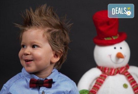 Семейна, детска или индивидуална коледна фотосесия в студиo с разнообразни декори и 10 обработени кадъра от Студио Dreams House! - Снимка 3