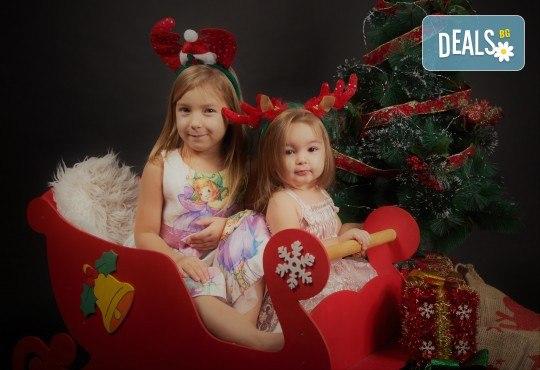 Семейна, детска или индивидуална коледна фотосесия в студиo с разнообразни декори и 10 обработени кадъра от Студио Dreams House! - Снимка 4