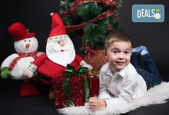 Семейна, детска или индивидуална коледна фотосесия в студиo с разнообразни декори и 10 обработени кадъра от Студио Dreams House! - Снимка 5